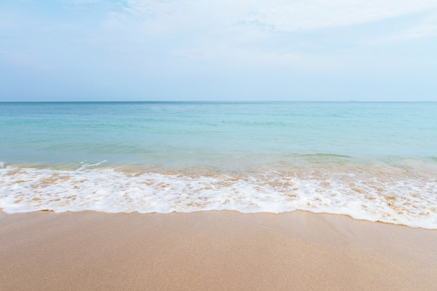 ビーチと熱帯の砂と波 Premium写真