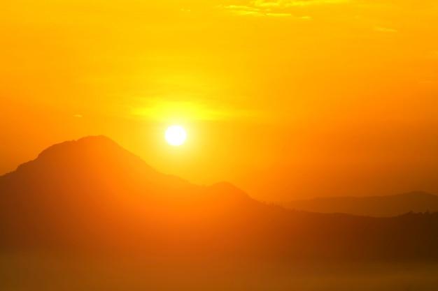 太陽と燃焼による地球温暖化、熱波の暑い太陽、気候変動 Premium写真