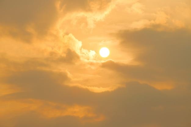 太陽からの地球温暖化と燃焼、熱波の暑い太陽、気候変動 Premium写真