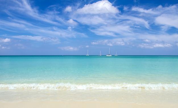 青い海と空のビーチで柔らかい波。バックグラウンド Premium写真