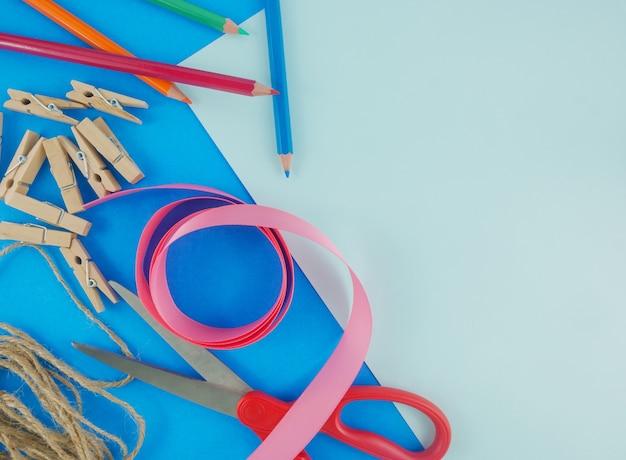フラットレイクラフトツール、文房具、青色の背景にコピースペース Premium写真