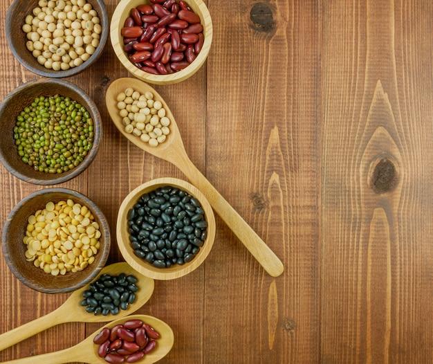 小豆大豆黒豆緑豆を含むフラットレイアウトトップビュー各種豆 Premium写真