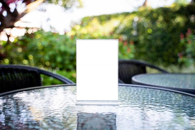 スタンドモックアップメニューフレームテントカード背景デザインのキービジュアルレイアウトのぼかし。 Premium写真