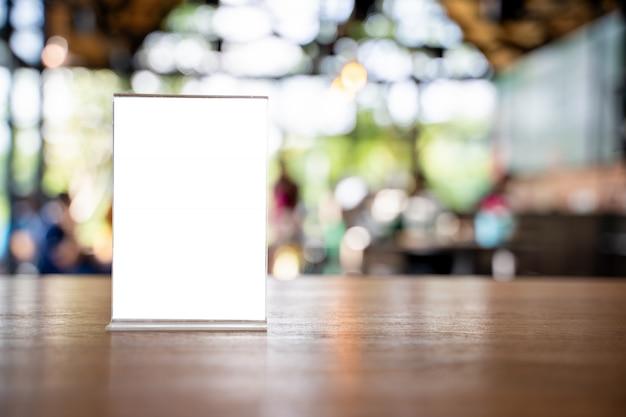 スタンドモックアップメニューフレームテントカード背景デザインのキーの視覚的レイアウトのぼかし。 Premium写真