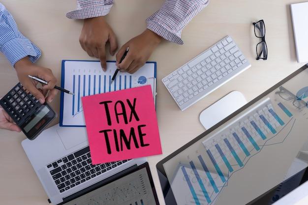 税金の計画のための時間マネー財務会計課税のビジネスマン Premium写真