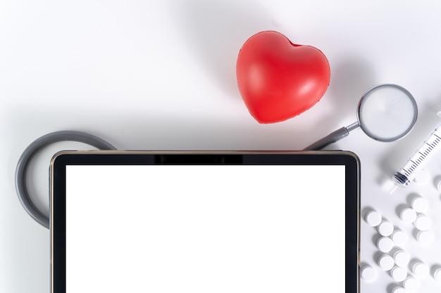 医療、あなたの健康の概念のための保険医学博士現代のコンピューター Premium写真
