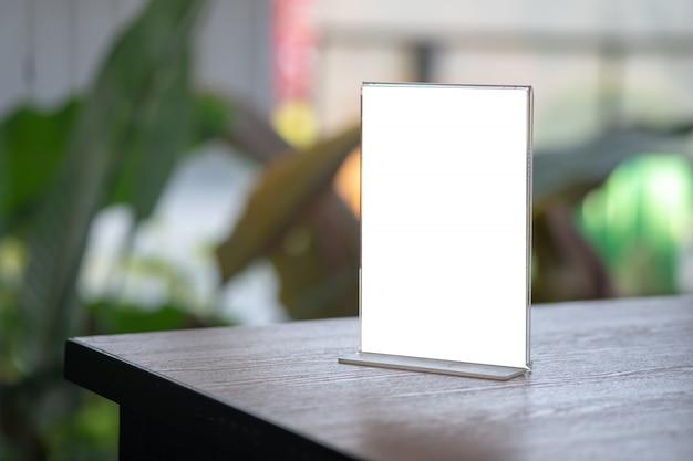 スタンドアップモックアップメニューフレームテントカードぼやけて背景デザインキービジュアルレイアウト Premium写真