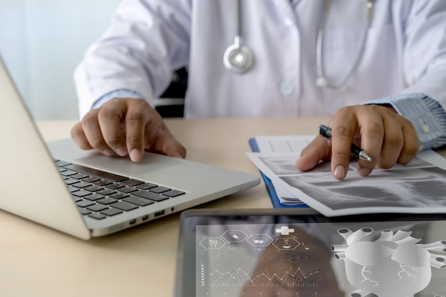 ヘルスケアの執筆処方医師働く現代の仮想スクリーンインターフェイスネットワーク Premium写真