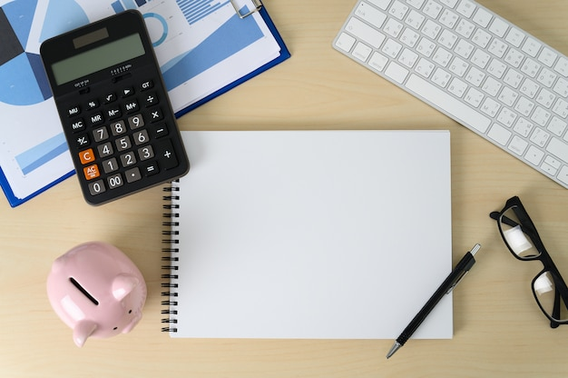 財務会計計算電卓貯金箱と税 Premium写真
