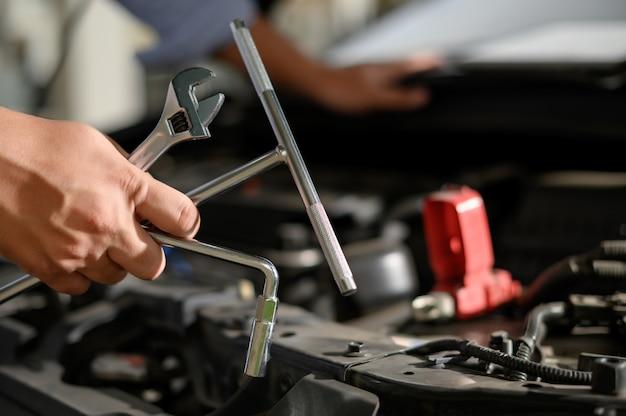 修理サービス車ガレージで働く自動車整備士 Premium写真