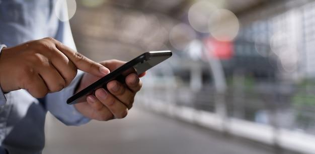 Мужчина держит цифровой планшет в руках Premium Фотографии
