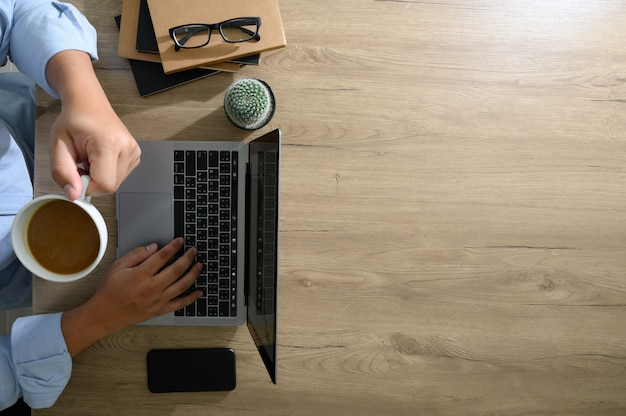 空白の画面、木製のデスクトップ上のフラットレイアウト卓上オフィスデスク Premium写真