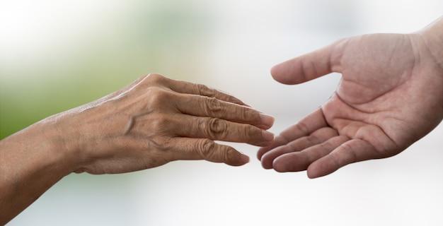 老人と若い人の医療を保持している人々 Premium写真