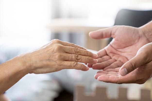 Люди, старуха и молодые руки уход, проведение здравоохранения инвалидов ходить с помощью Premium Фотографии