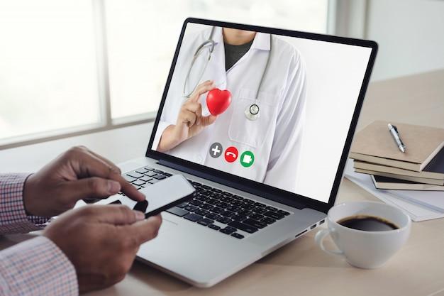 彼女の医師ヘルスケアコロナウイルスとの医療マンステイホームビデオコールへのオンライン相談遠隔医療 Premium写真