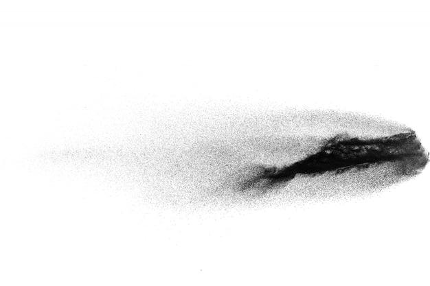 白い背景に黒い粉の爆発。木炭粉塵が空気中に吐き出されます。 Premium写真