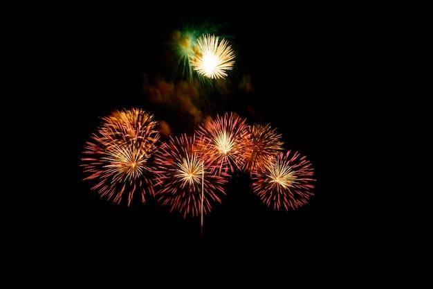 暗い夜背景にお祝いのために都市の湖に美しいカラフルな花火大会が表示されます。 Premium写真