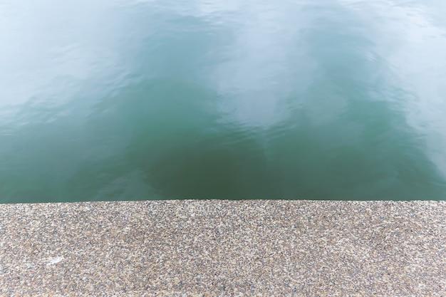 川のそばの小石石のテクスチャの床。パターンの床はシームレスな背景として表示されます。 Premium写真