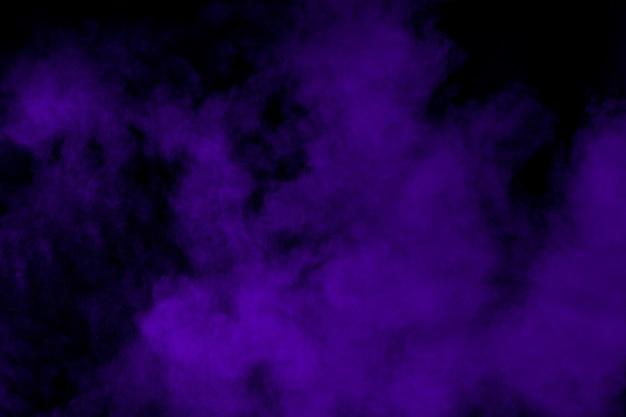 Фиолетовый порошок взрыв в темноте Premium Фотографии