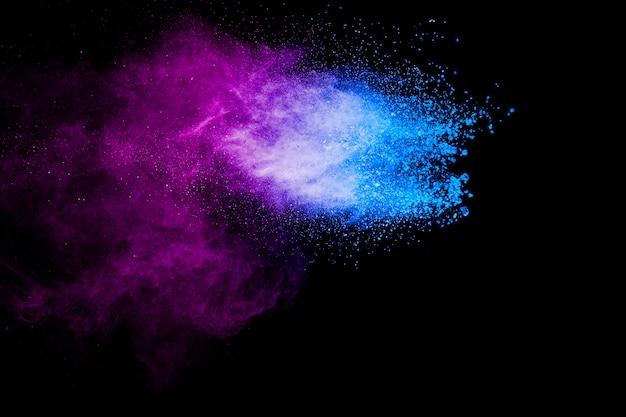 Фиолетовый синий цвет порошок взрыва облака на черном фоне. крупный план фиолетовый синий пыли частицы всплеск. Premium Фотографии