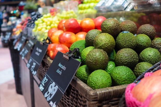 スーパーマーケットの果物と野菜ゾーン Premium写真