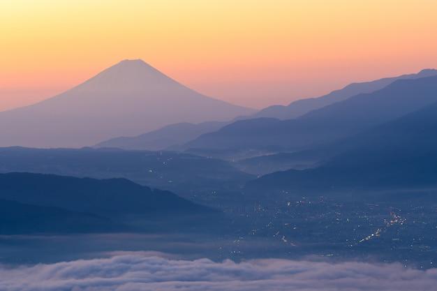 朝の諏訪湖の上の富士山と霧の海 Premium写真