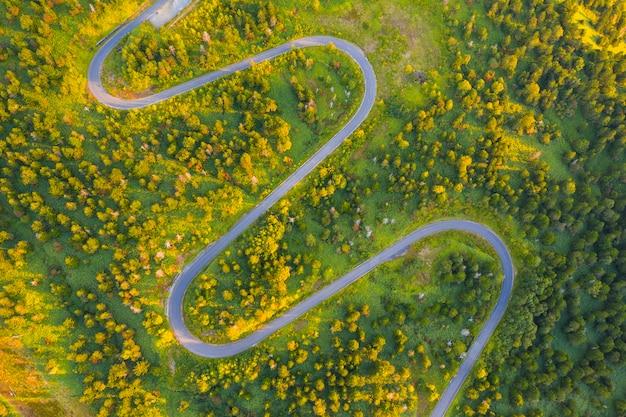 Вид с воздуха на извилистой дороге на горе осенью Premium Фотографии