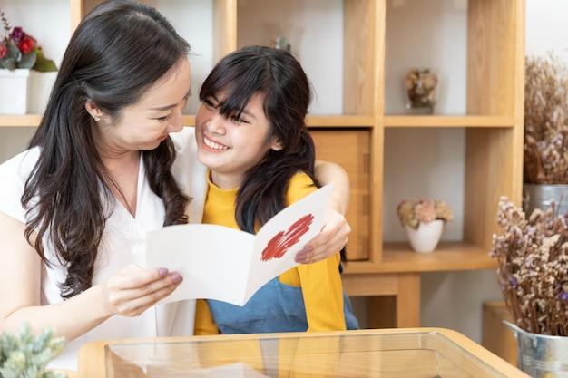 Счастливая азиатская семья. день матери Premium Фотографии