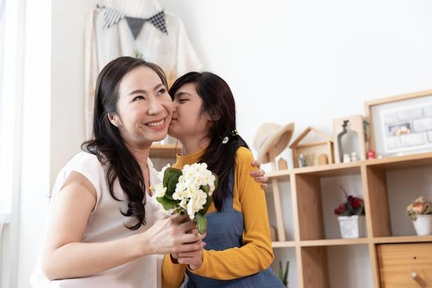 幸せなアジア家族。母の日コンセプト Premium写真