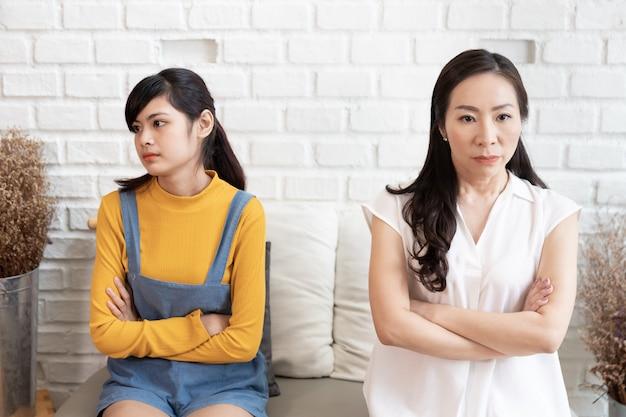 Азиатская семья с семейным конфликтом Premium Фотографии