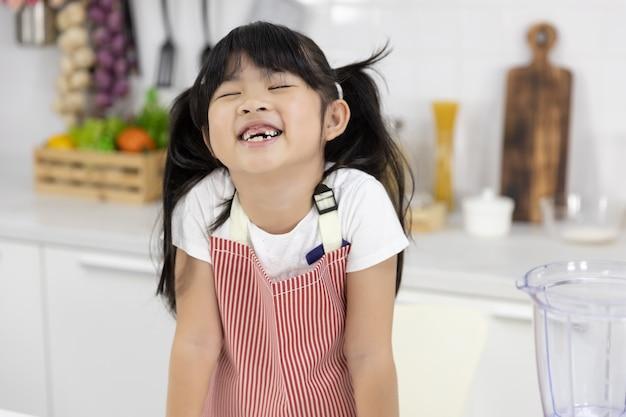 笑って幸せなアジアの少女の肖像画 Premium写真