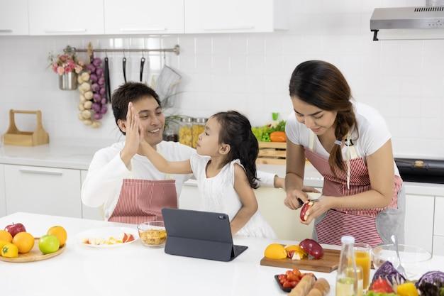 キッチンで食事を準備する家族 Premium写真