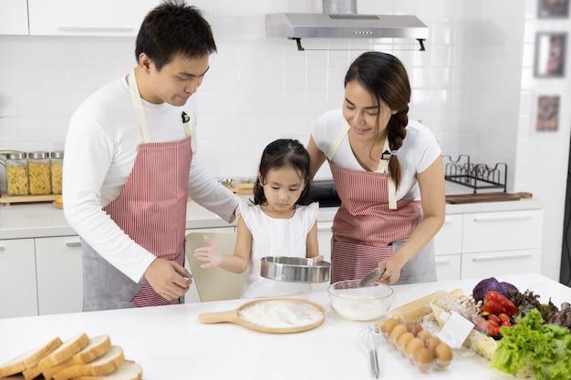 Семья просеивают муку Premium Фотографии