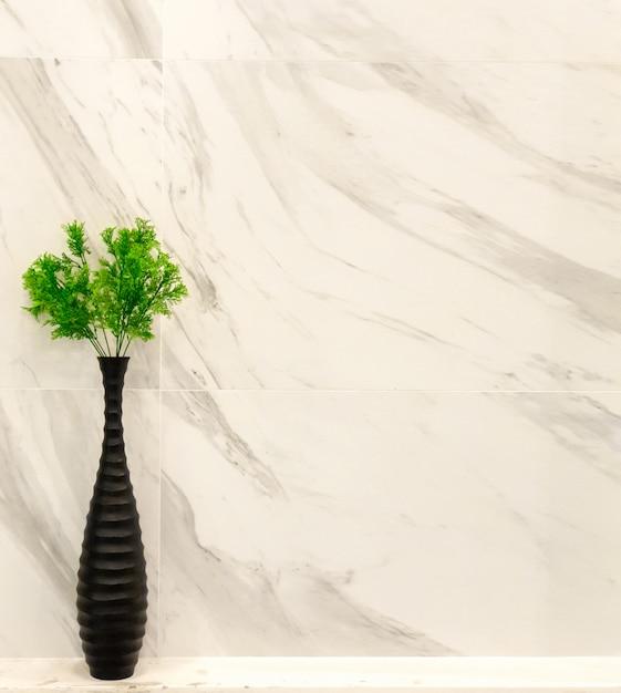 Декоративные растения в черной вазе Premium Фотографии