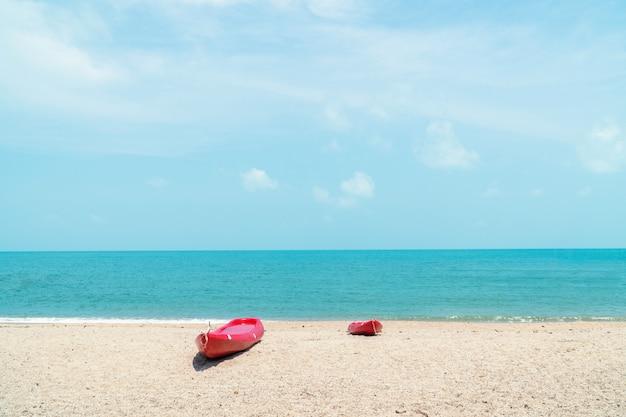 カヤックとビーチでのカヌー Premium写真