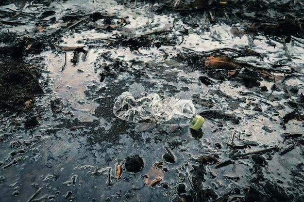 川の中のプラスチックボトル Premium写真