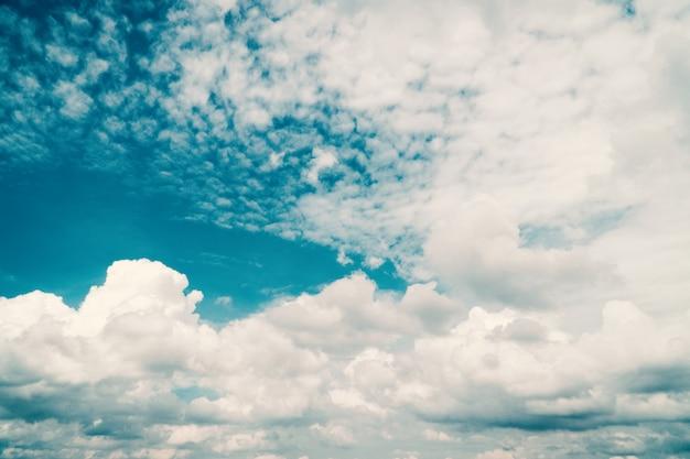 青い空と明るい日に雲。 Premium写真