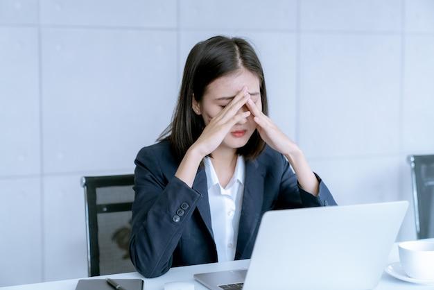 アジアのビジネスの女性は、仕事から解雇のリスクがあると強調 Premium写真