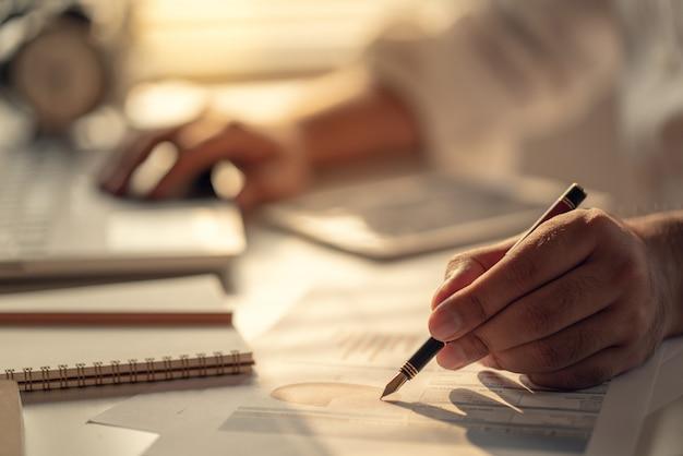 利息、税金、利益を計算するビジネスマン Premium写真