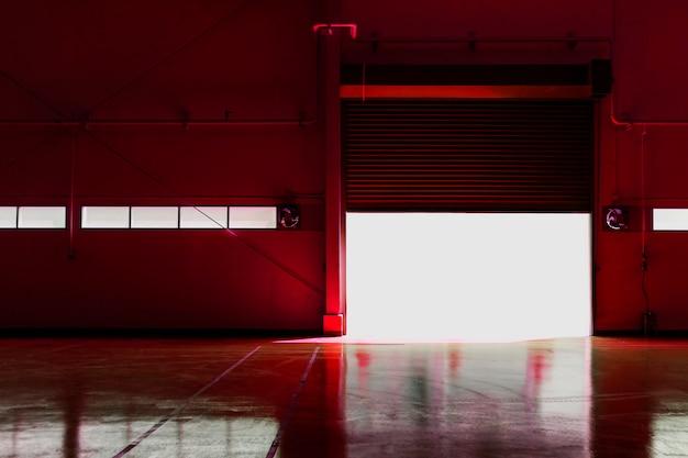 Металлическая фабричная дверь со светом от солнца. используйте инструмент изменения цвета на красный цветовой фильтр. Premium Фотографии