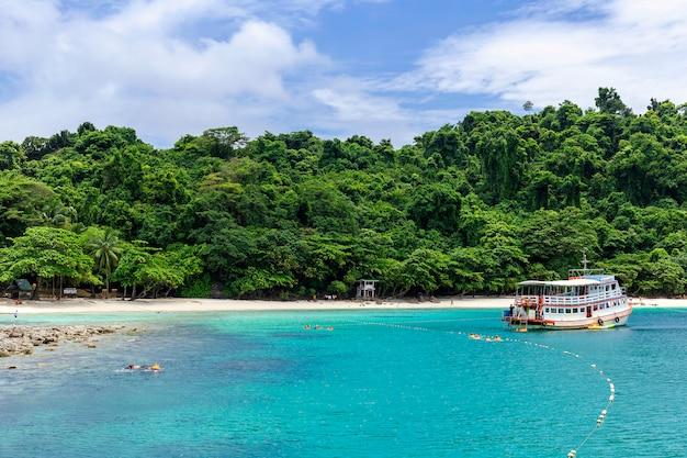 タイのサービスボートでのスキューバダイビング、チャン島トラット。 Premium写真