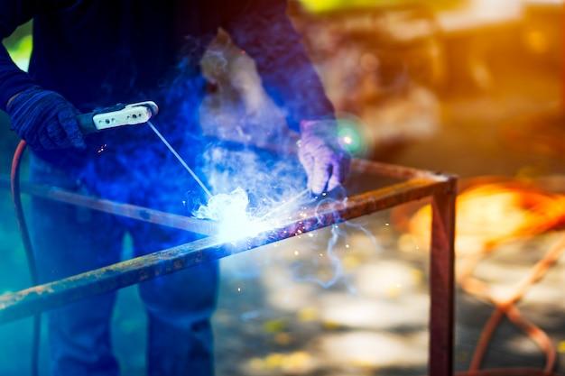 建築現場における溶接機溶接鉄構造 Premium写真