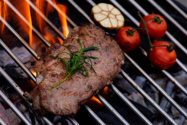 グリルステーキ、背景に炎のビーフステーキ Premium写真