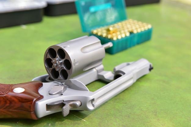 バックグラウンド射撃場の銃リボルバー弾丸 Premium写真