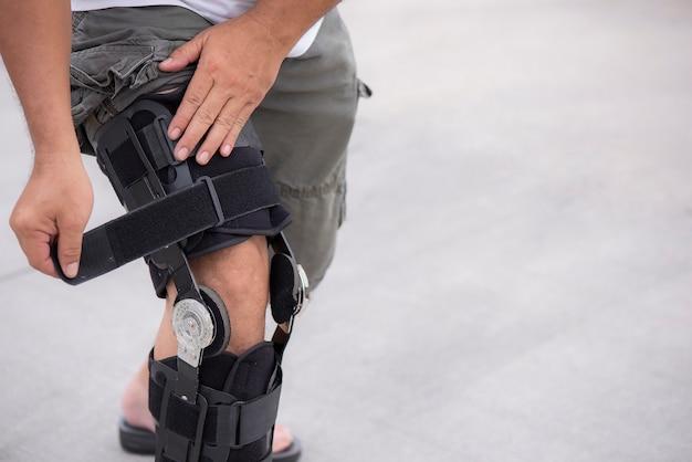人間の脚の膝調節可能なサポート Premium写真