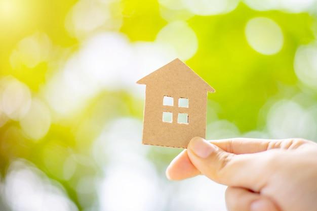 Концепция ипотечного кредита, концепция страхования дома, бумажный дом, семейный дом Premium Фотографии