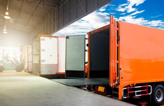 Грузовые перевозки и логистический склад Premium Фотографии