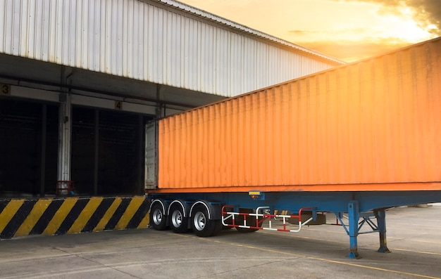 Грузовые автомобили контейнеровоз докинг груз на складе, транспортная логистика транспорт Premium Фотографии