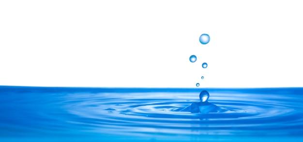 白い背景の上に水で新鮮な水のしぶきが値下がりしました Premium写真