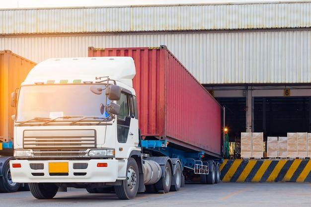 倉庫、貨物業界のロジスティクスおよび輸送でのトラックトレーラーコンテナドッキングロードシップメント Premium写真